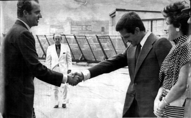 Adolfo Suárez saluda al rey Juan Carlos I en Santiago de Compostela, 1976 / ABC